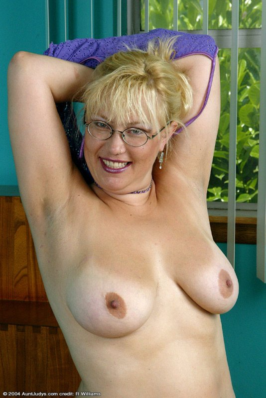 free gallery   glassed plump blonde mom exposes her shaved pussy